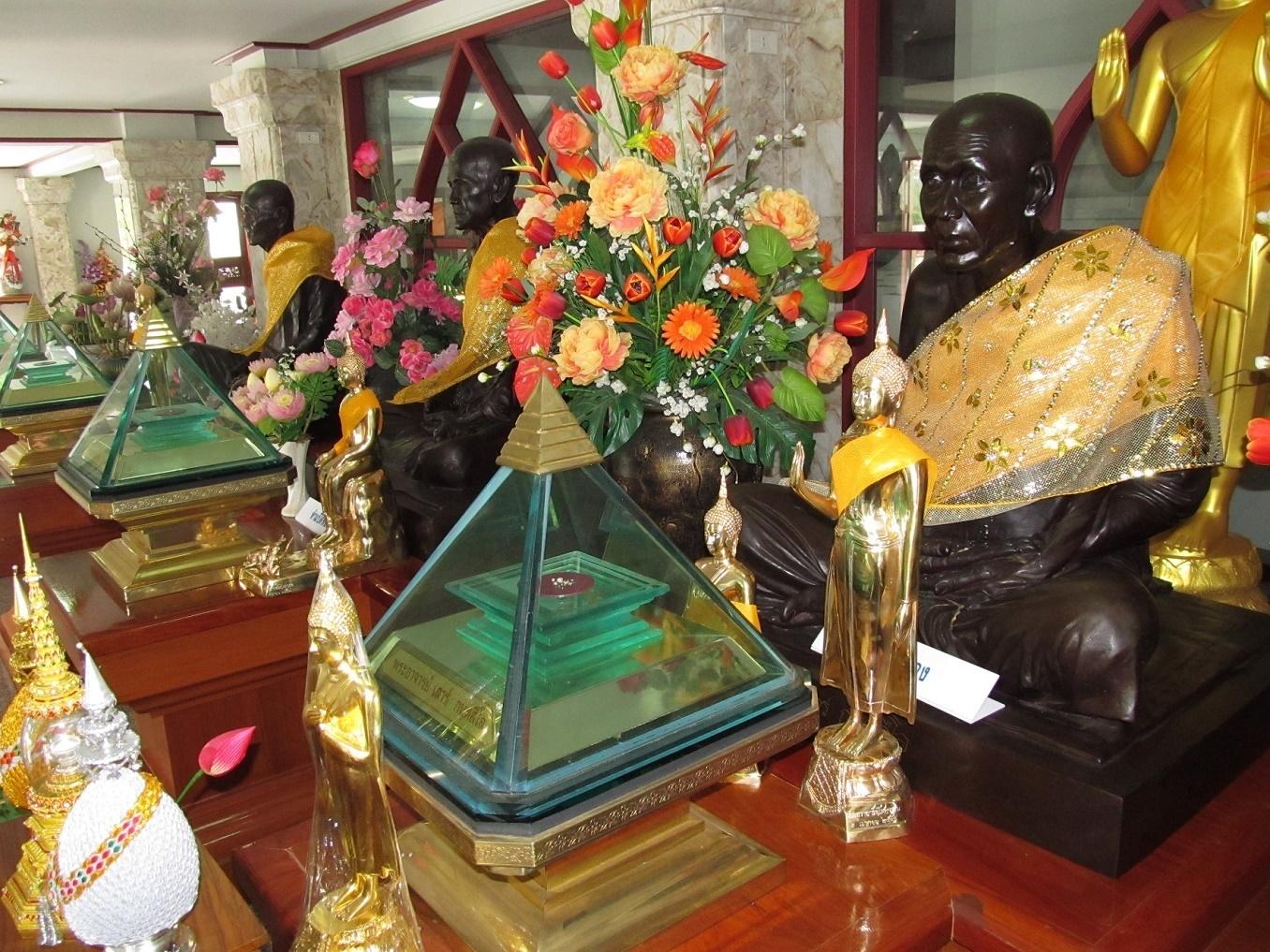 Obrovská sbírka relikvií - Wat Asokaram - Bangkok