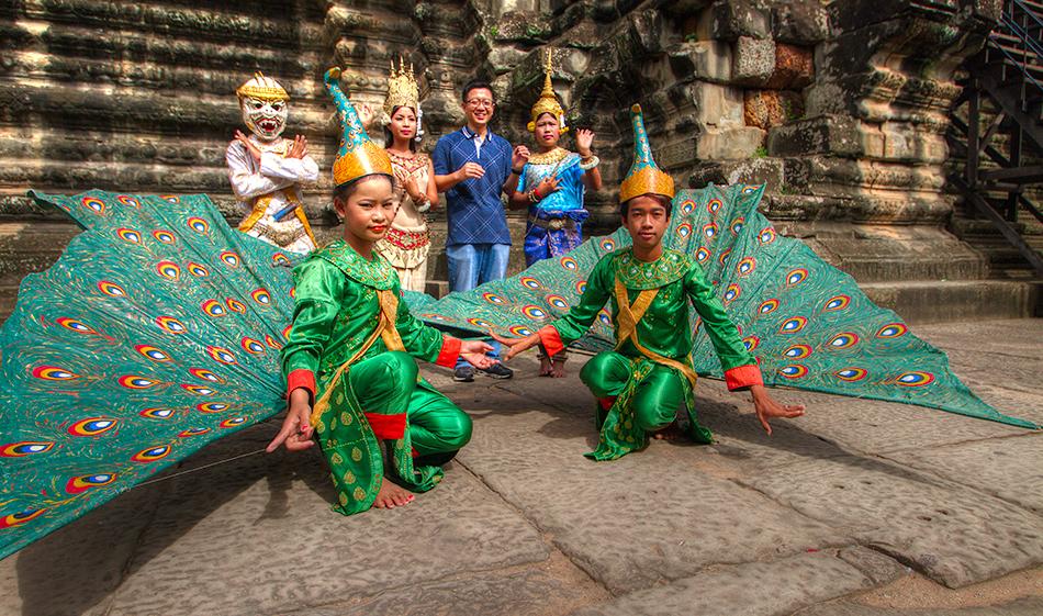 Kambodža s fotografem - Děti v tradičních kostýmech z indického eposu Ramajana, pózují pro turisty před centrální věží Angkor Vatu.