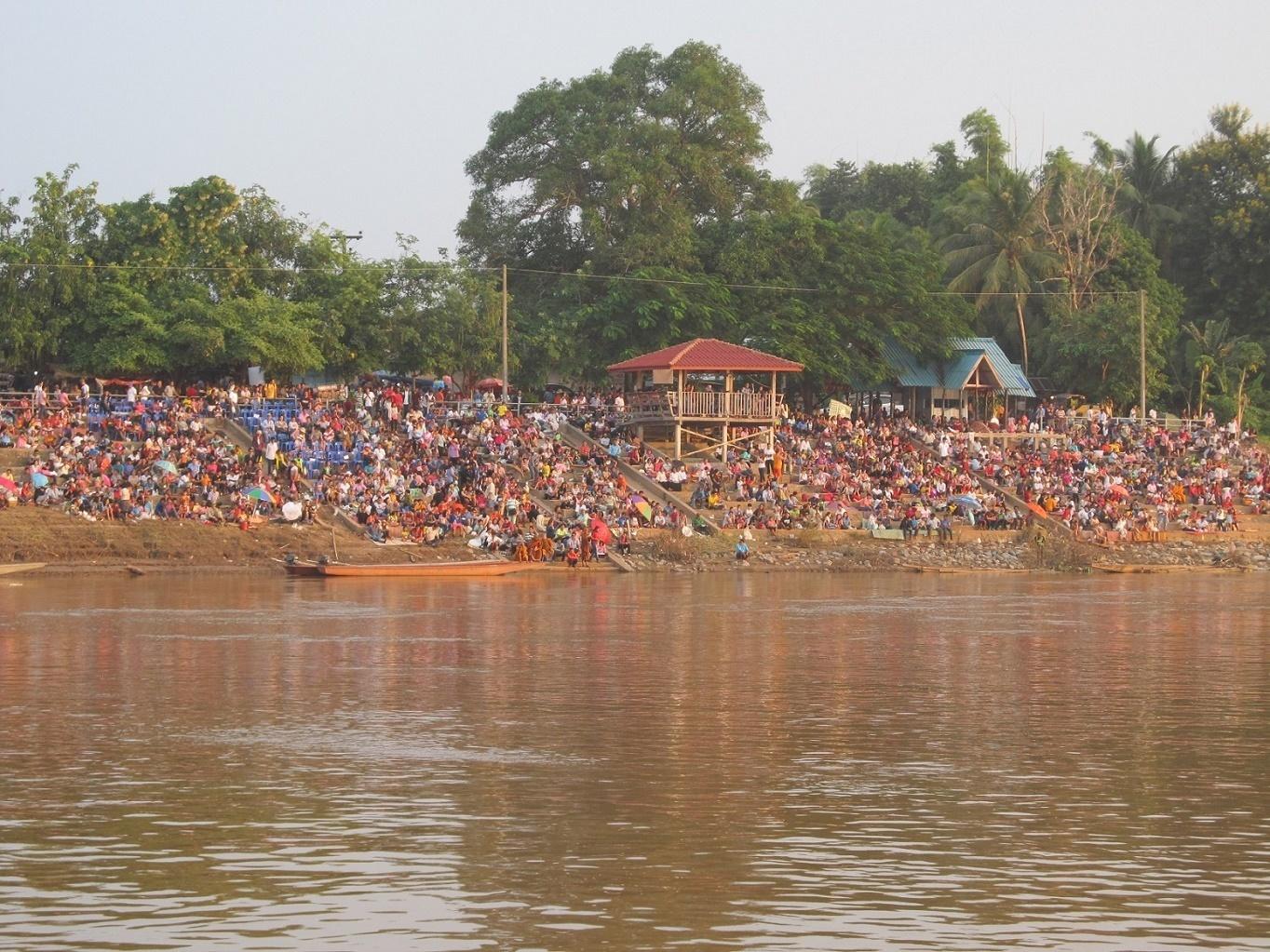 Mekong - slavnost na břehu