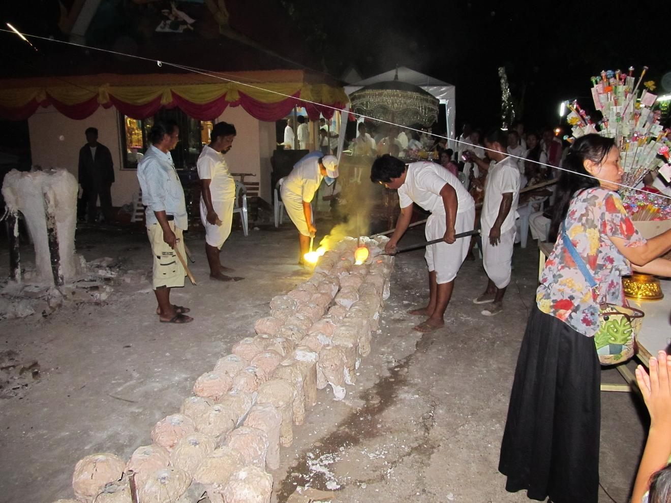 Wat Luang - Provincie Nong Khai - odlévání bronzových Buddhů