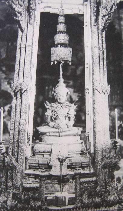 Smaragdový Buddha - dobová fotografie z roku 1873