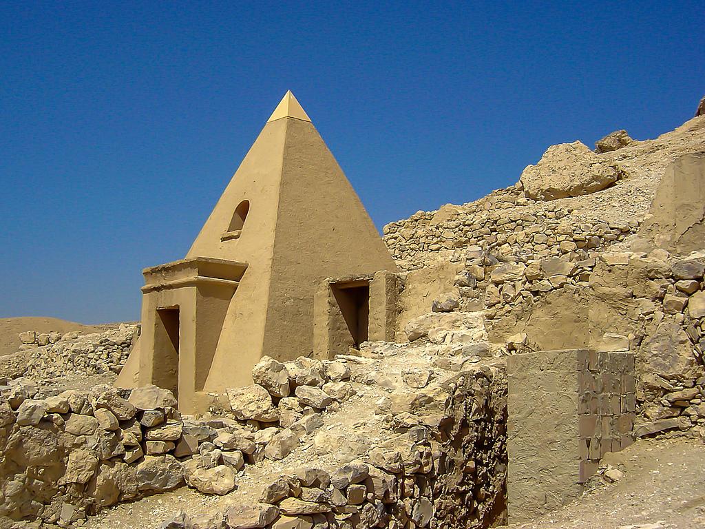 Pyramida El Medina Luxor Egypt