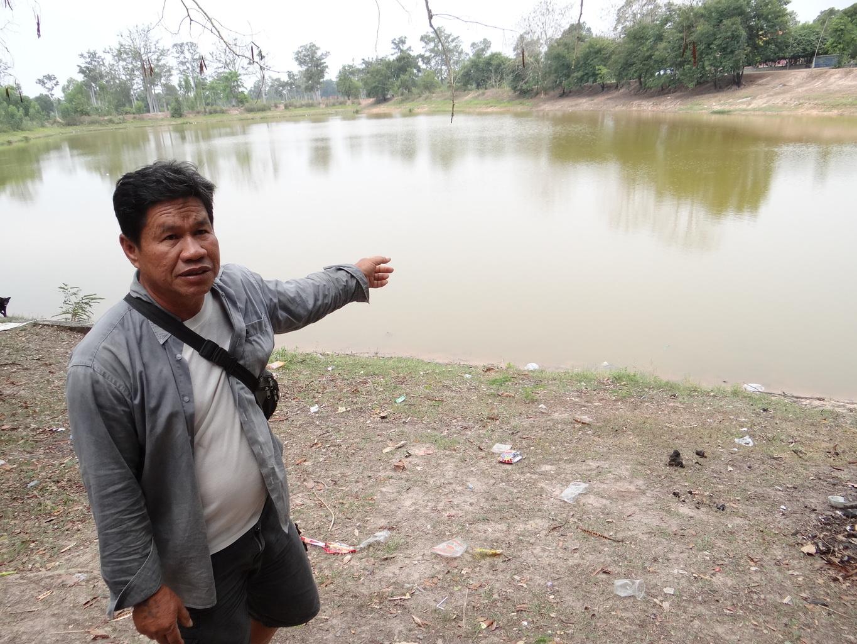 Sayan Chomkamsingha ukazuje rybník, kde vylovil Nágu