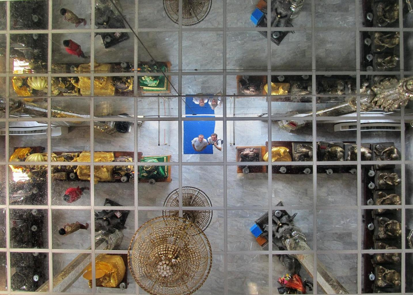 Zrcadlový strop ve Vihanu - Wat Muang - Thajsko