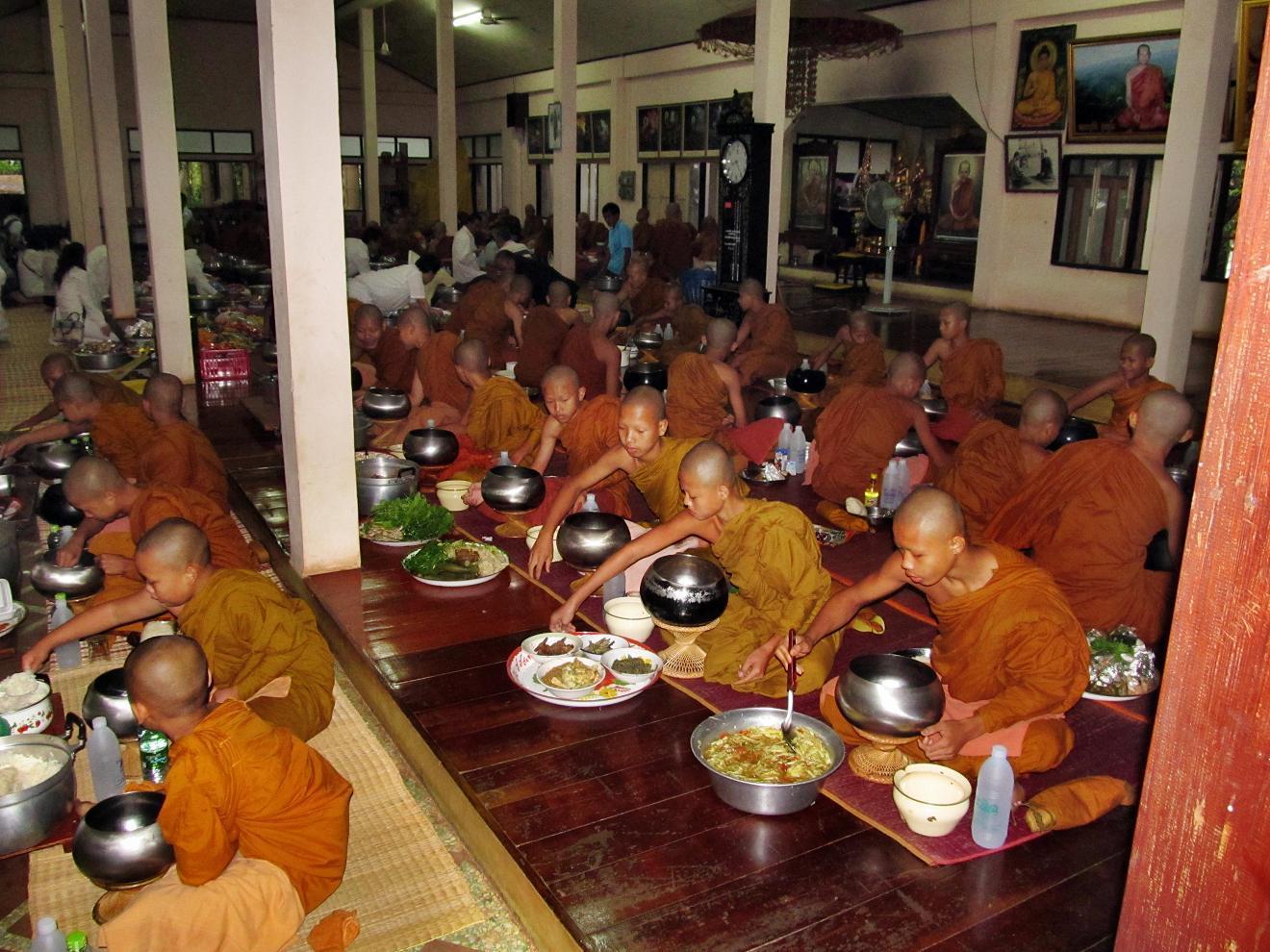Mniši si vybírají jídlo