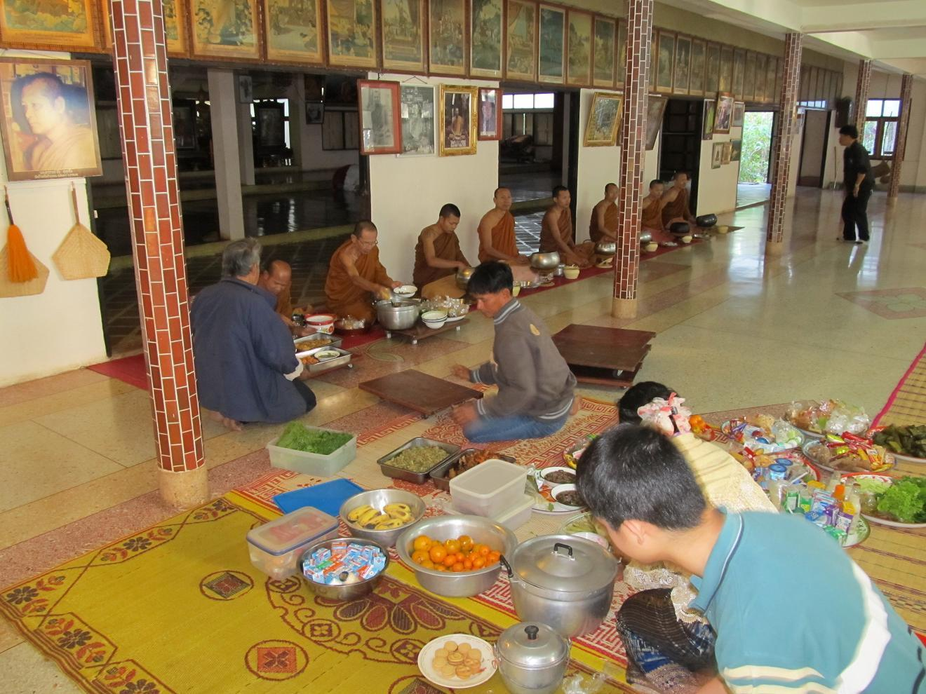 Laici předkládají jídlo mnichům