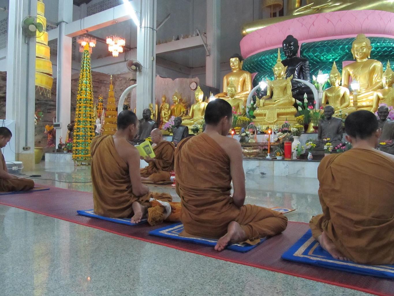 Wat Tham Puang - Vihan - Opat s mnichy recitují mantry