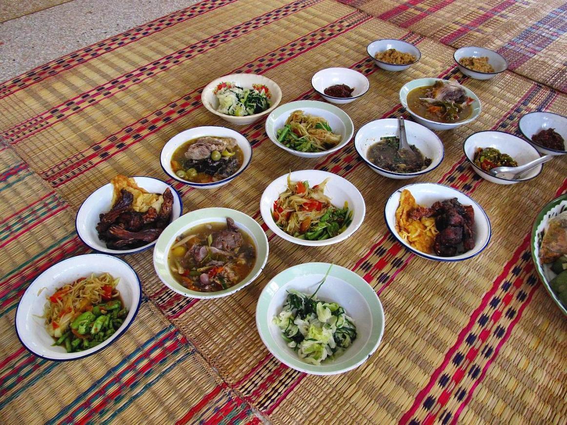 Wat Tham Puang - připravené jídlo