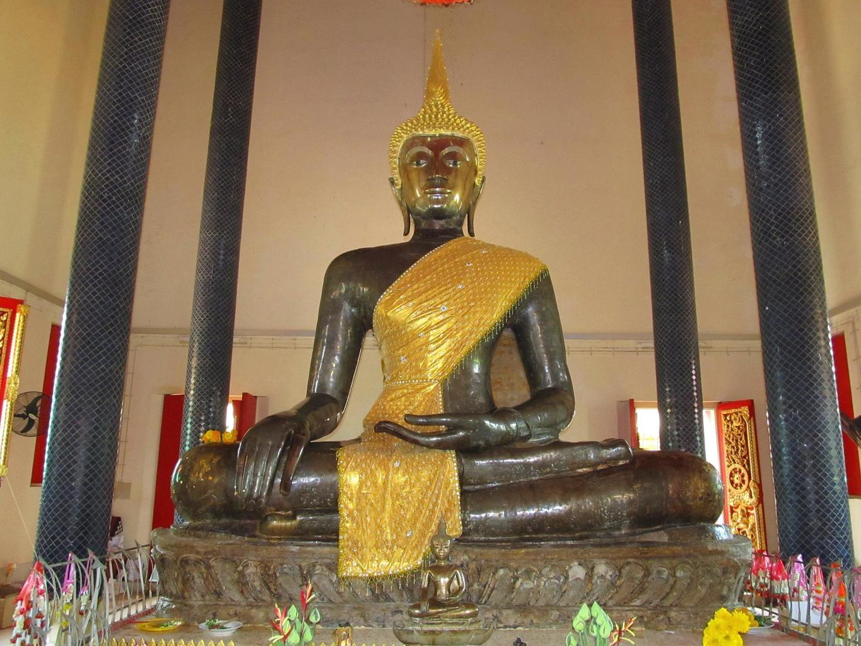 700 let starý Buddha - Wat Ong Tue Thajsko