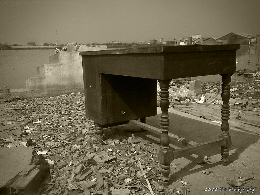 Jára Cimrman - zachráněný stůl s dokumenty - Phnom Penh - Kambodža