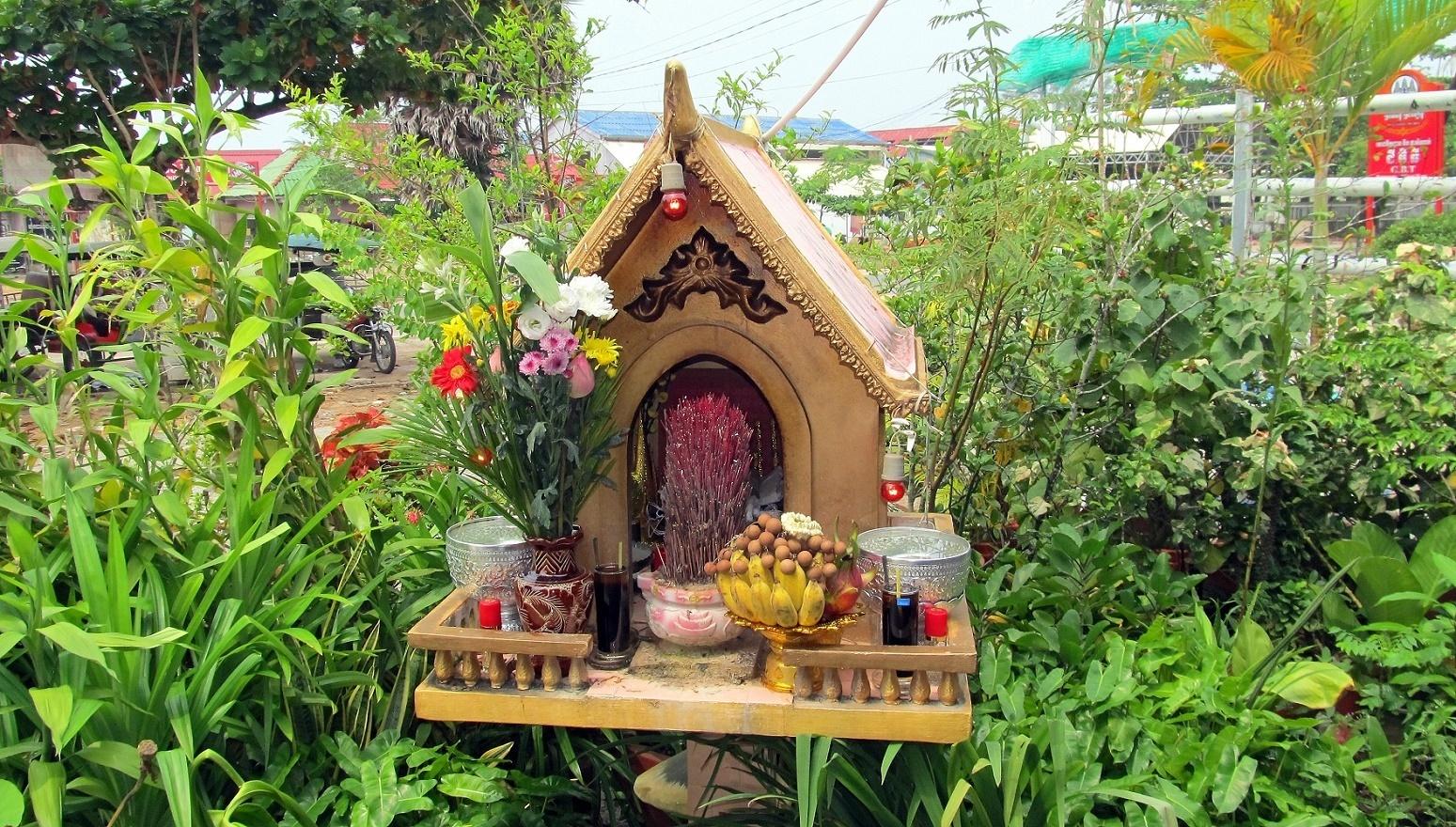 Domeček pro duchy před hotelem G.B.T. Sihanoukville Kambodža