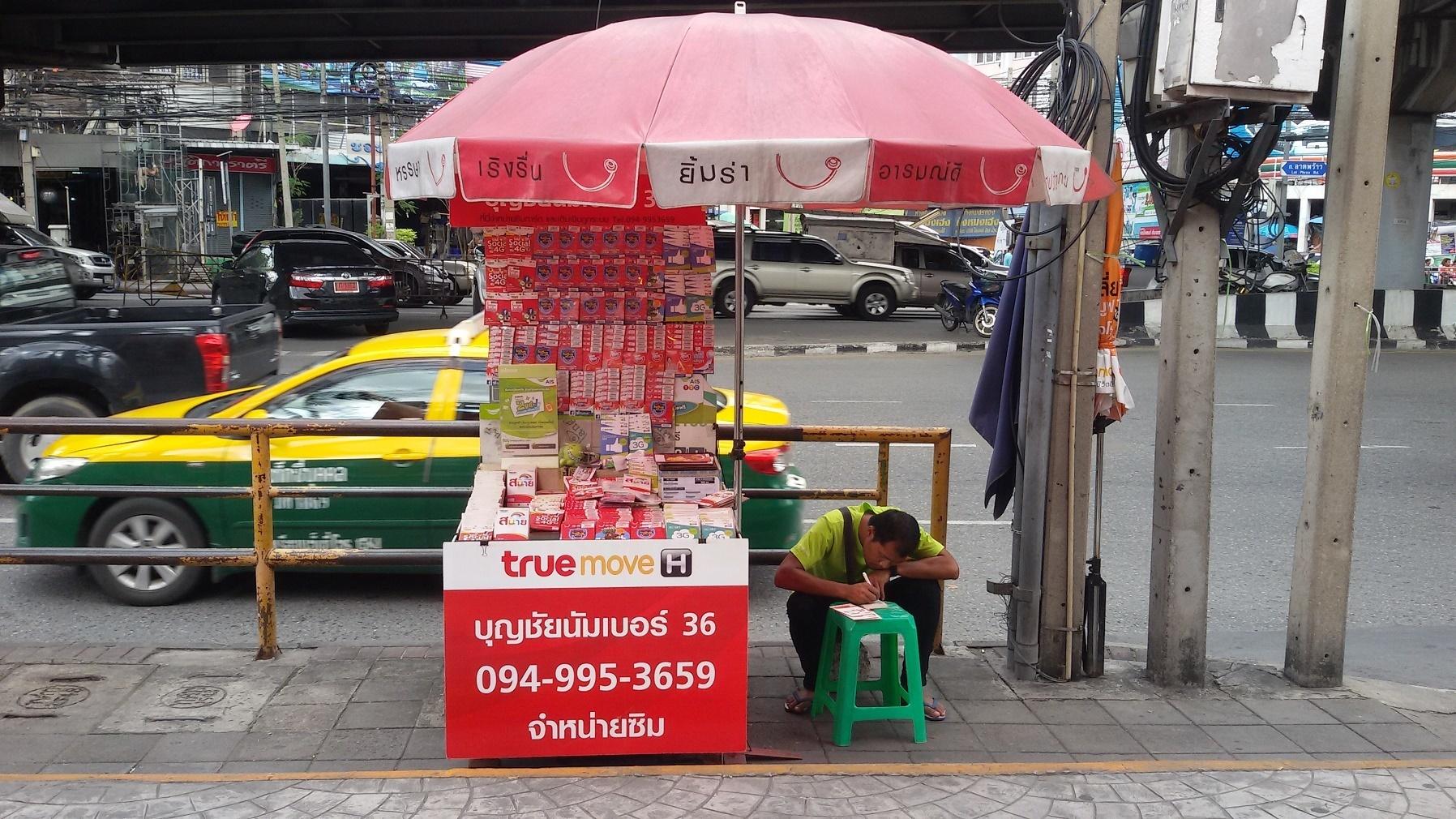 Pouliční stánek v Bangkoku nabízí všechny druhy SIM karet