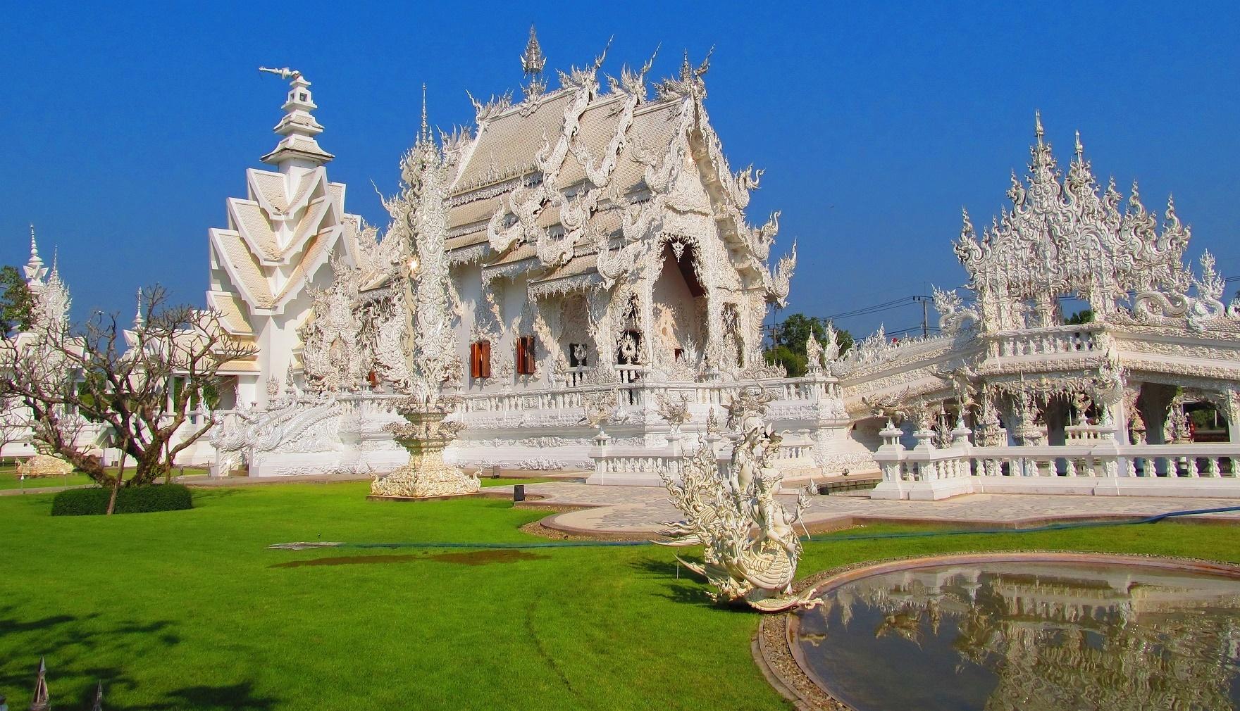 Poškození po zemětřesení - Wat Rong Khun - Thajsko