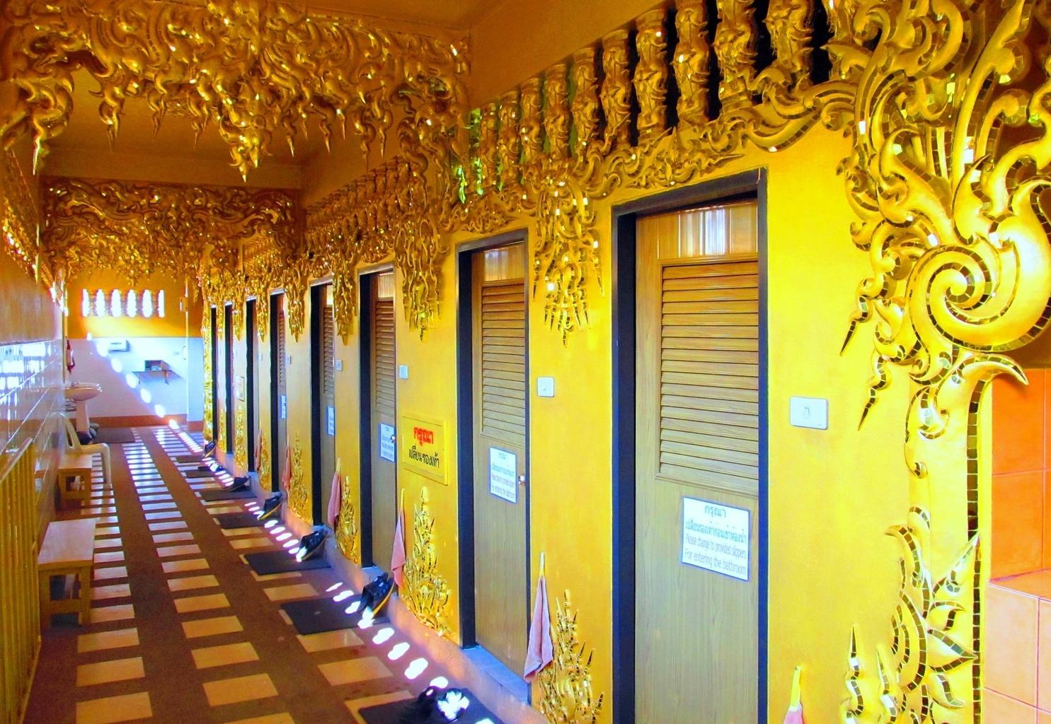 Zlaté toalety uvnitř - Wat Rong Khun - Chiang Rai - Thajsko
