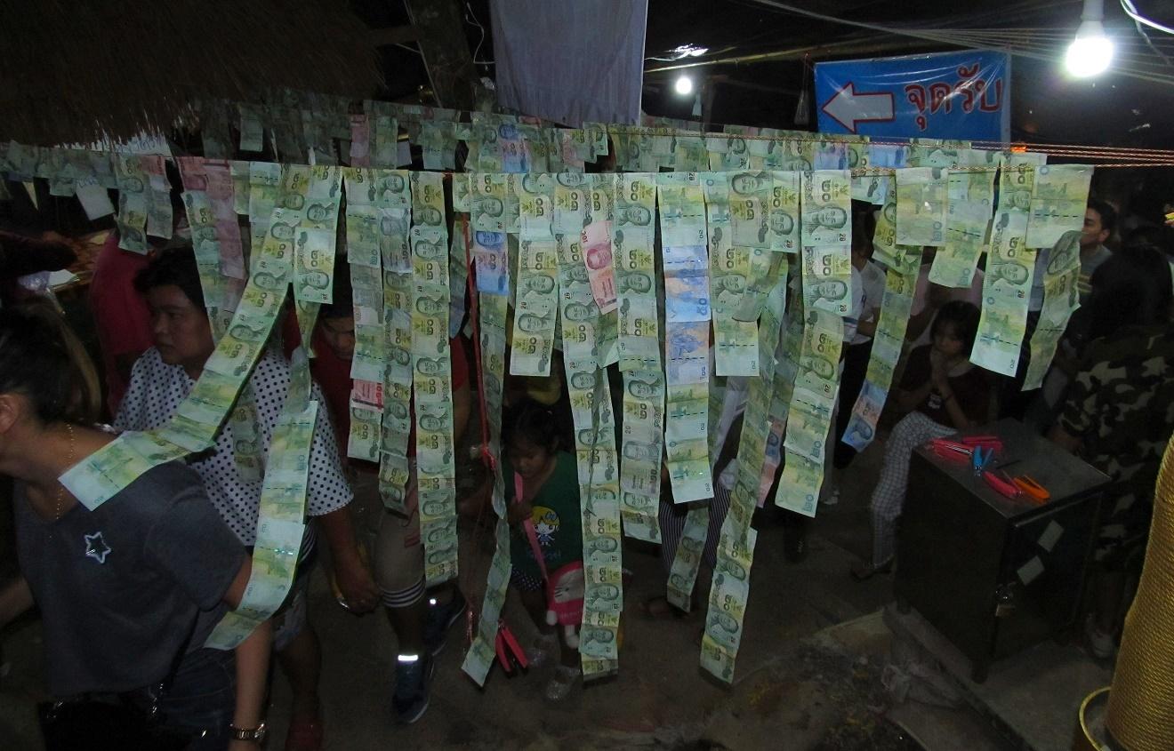 Khao Kitchakut - bankovky připnuté na podporu kláštera