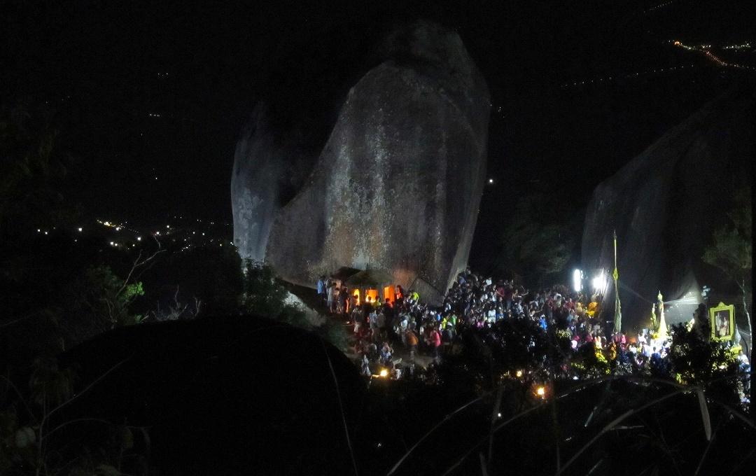 Khao Kitchakut - posvátný kámen Khao Phrabat v noci