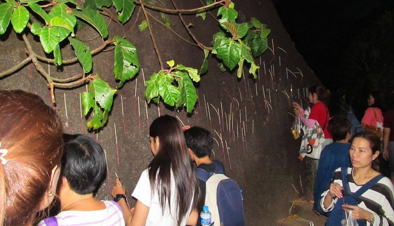 Khao Kitchakut - vkládání vonných do kamene