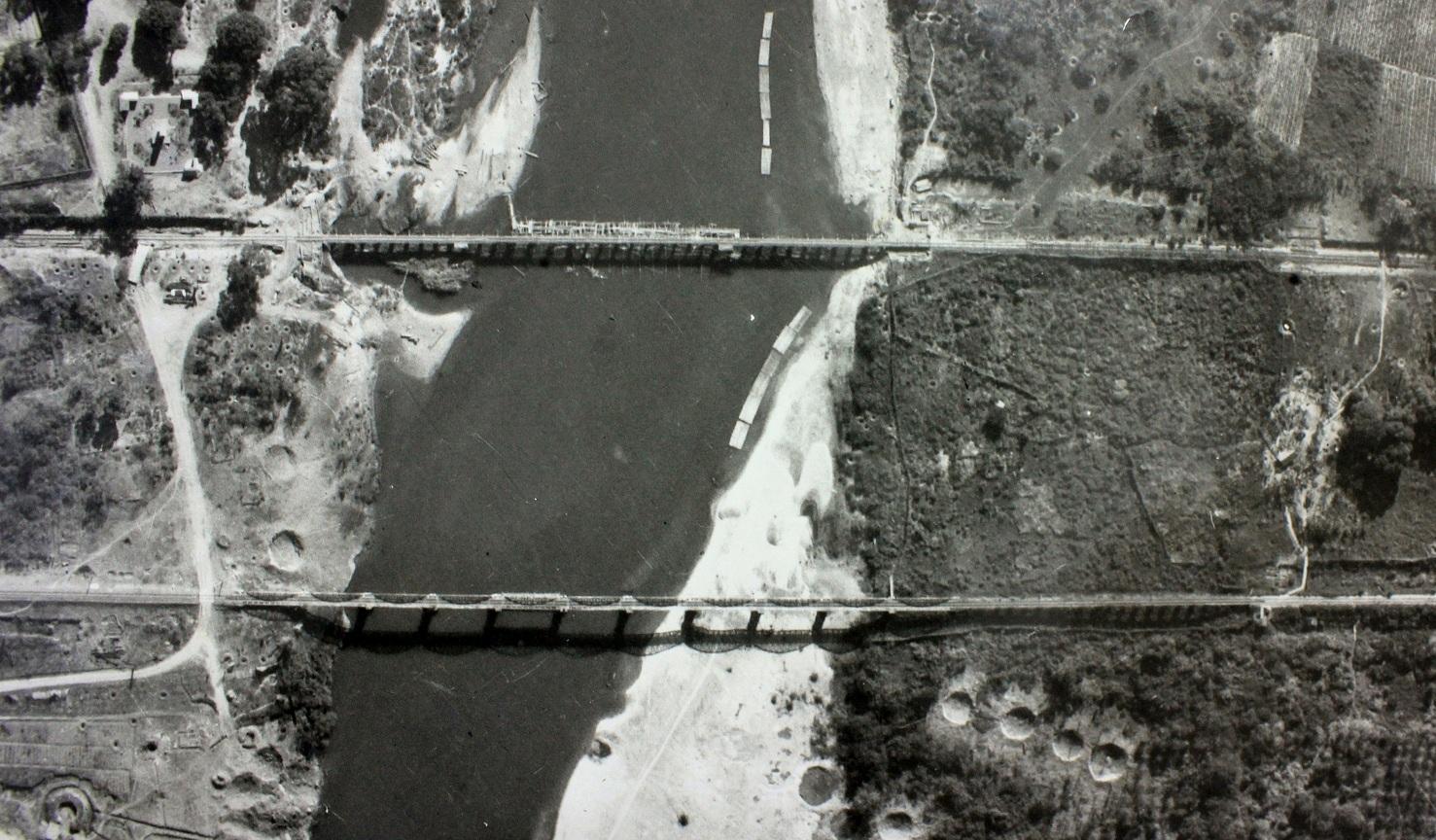 Letecký snímek obou dokončených mostů
