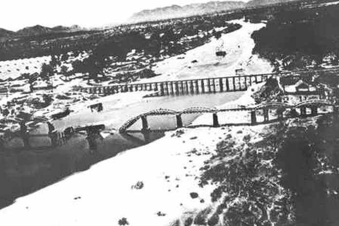 Letecký snímek poškození mostu