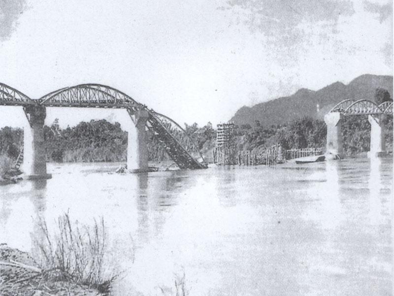 Poškozený most přes řeku Kwai