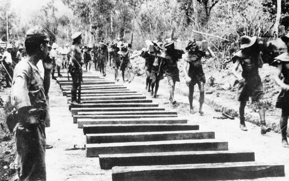 Spojenečtí zajatci staví železnici - 1943
