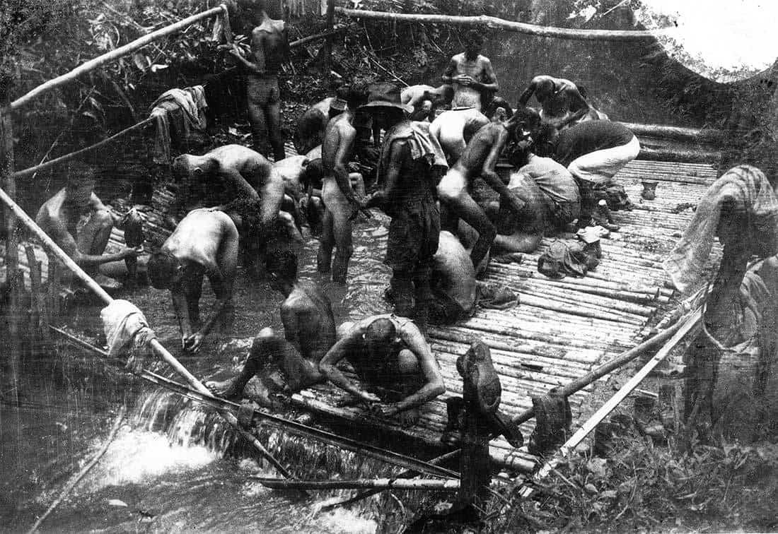 Umyvárna v Kami Songkurai - zde se po práci umývají spojenečtí zajatci