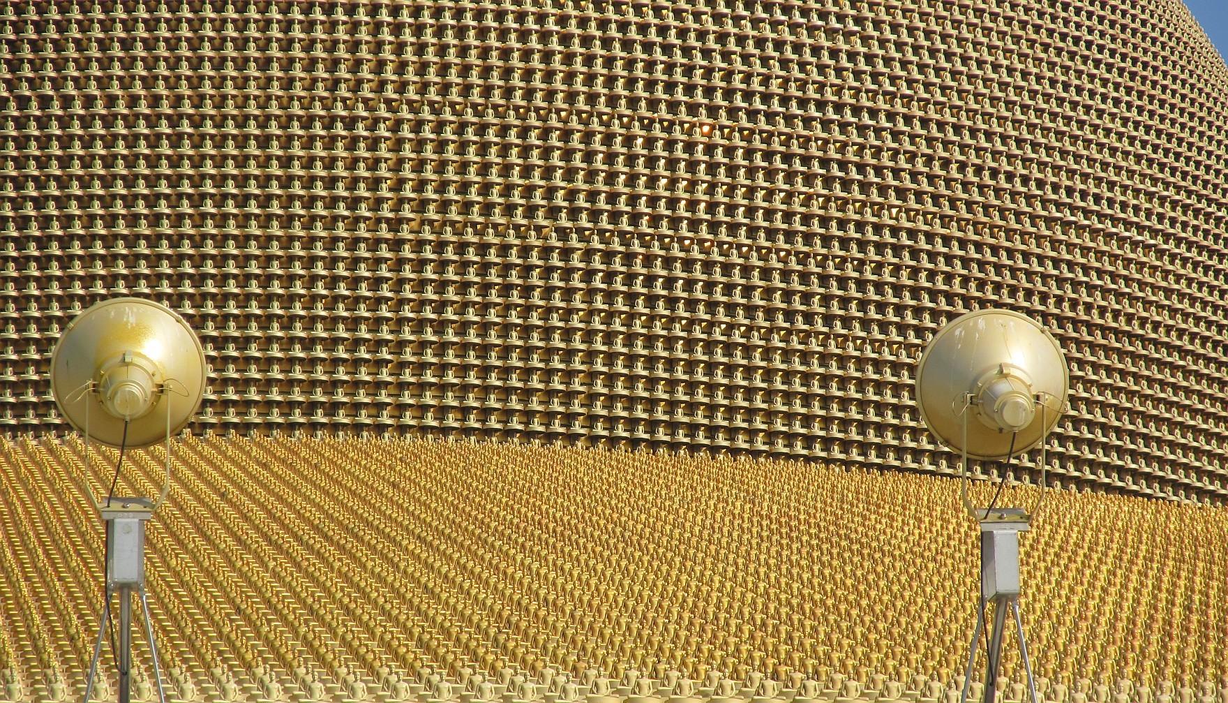 300.000 Zlatých Buddhů na střeše a kopuli Dhammakaya Cetiya - Thajsko