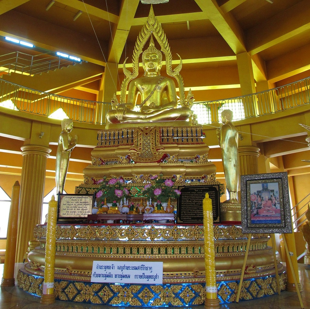 Buddha uprostřed čedí - Wat Tha It - Thajsko