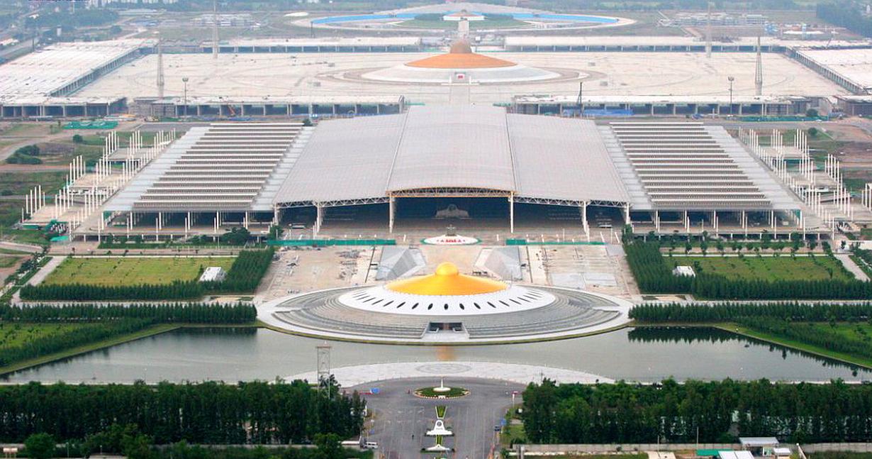 Budova 60 (úpně vzadu za stadionem) - letecký snímek -Wat Phra Dhammakaya - Thajsko