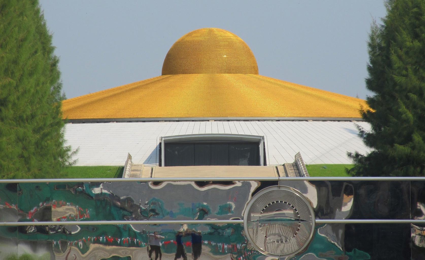 Budova 60 - nerezová brána se znakem UFO - Wat Phra Dhammakaya - Thajsko