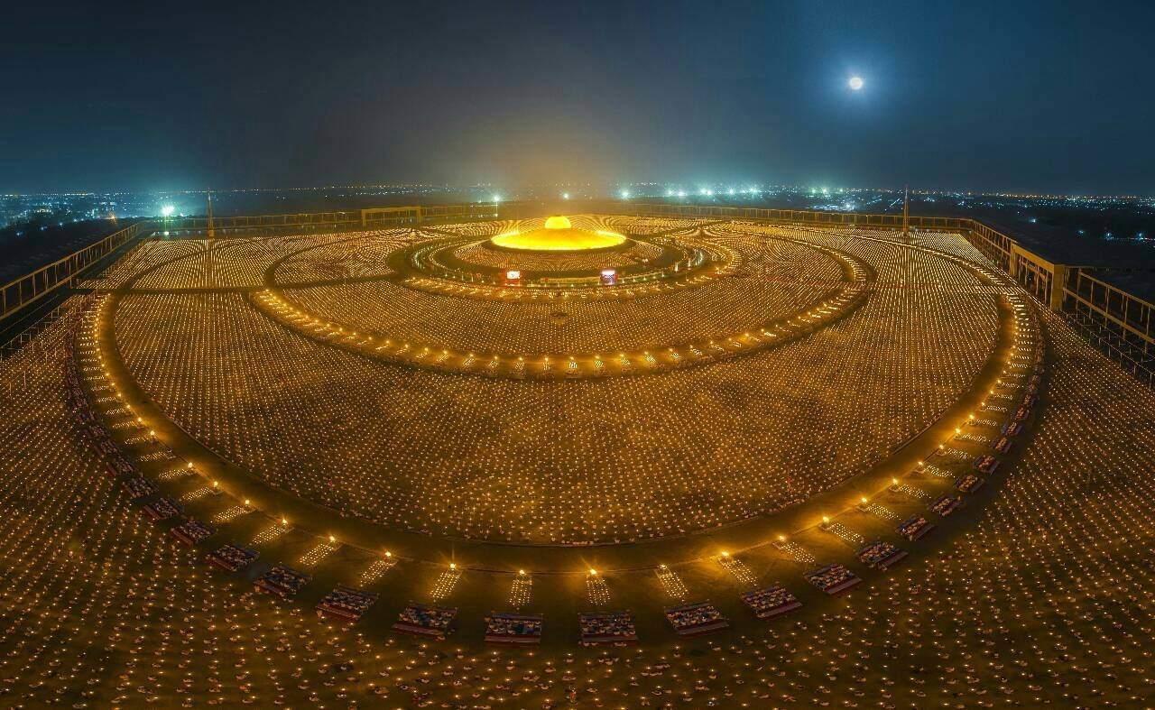 Milion Buddhistů ve Wat Phra Dhammakaya - Thajsko