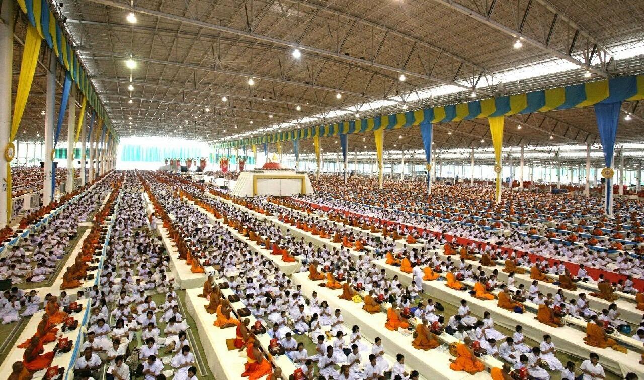 Předávání darů mnichům v meditační hale - Wat Phra Dhammakaya - Thajsko