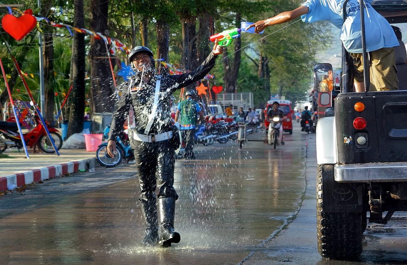 Policie většinou slaví také - Songkran Thajsko