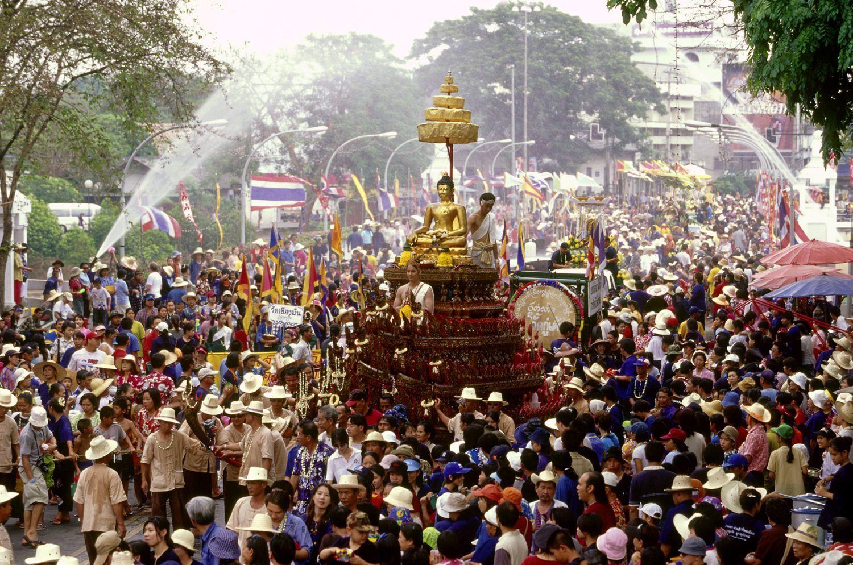 Slavnostní průvod se sochou buddhy - Songkran Thajsko