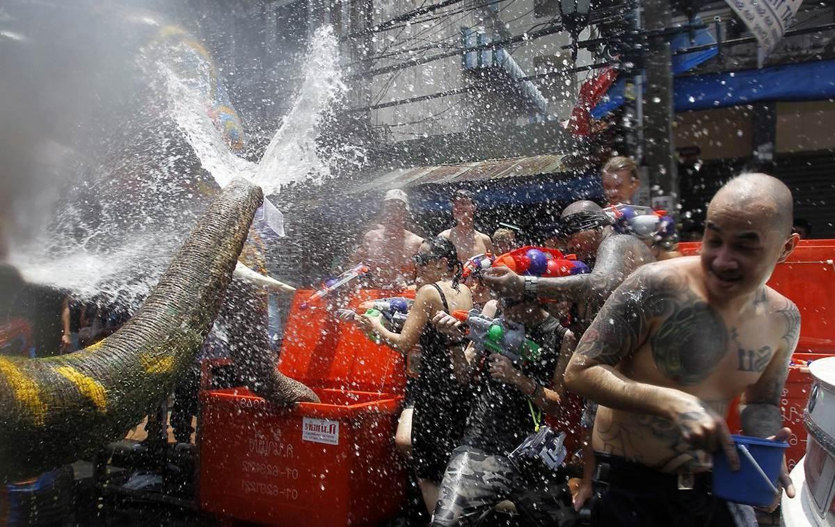 Svátků se účastní i sloni - Songkran Thajsko