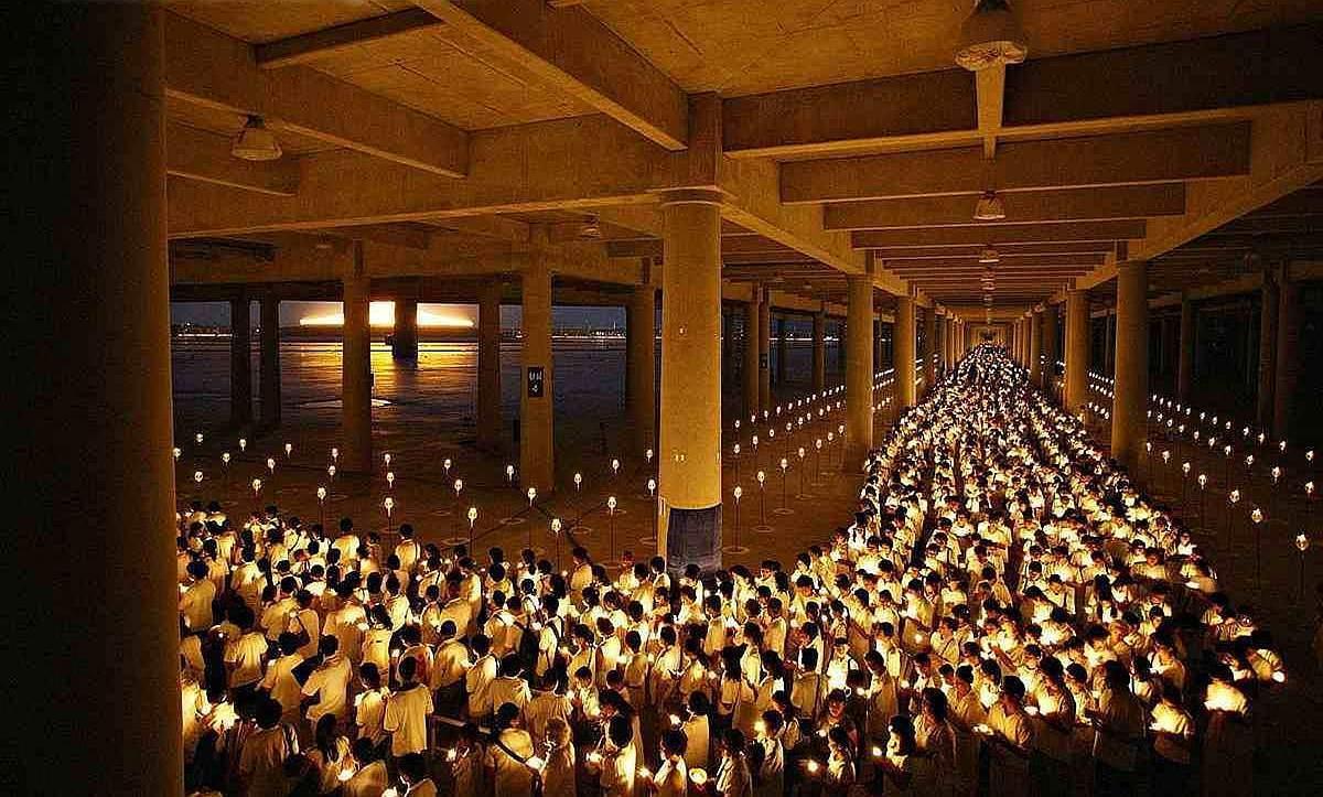 Večerní ceremonie uvnitř tribuny meditačního stadionu - Wat Phra Dhammakaya Thajsko