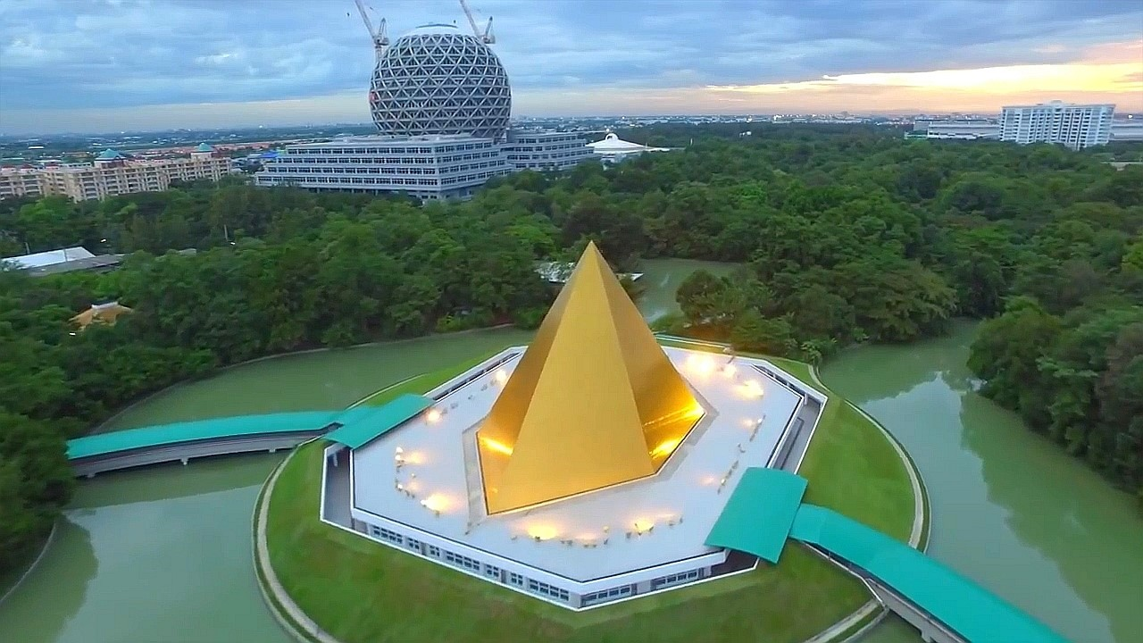 Zlatá pyramida - Memorial Hall of Nun Chandra - Wat Phra Dhammakaya