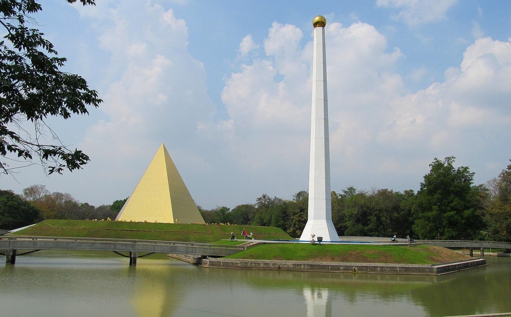 Zlatá pyramida a obelisk Wat Phra Dhammakaya - Thajsko
