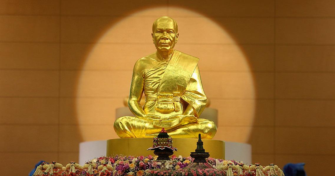 Zlatá socha Phra Mongkhonthepmuni zakladatele Meditační Dhammakaya školy