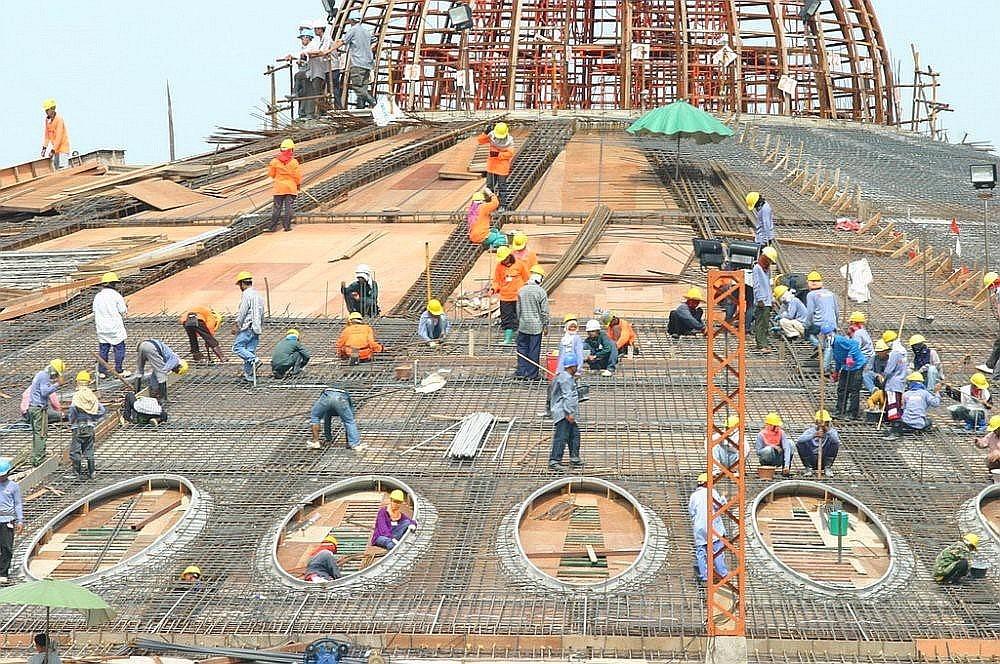 Dělníci na stavbě Memorial Hall of Phramongkolthepmuni - Wat Phra Dhammakaya