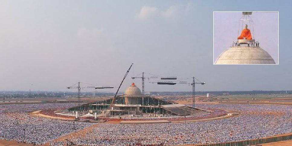 Dhammakaya Cetiya - Wat Phra Dhammakaya - vkládání stříbrného Buddhy