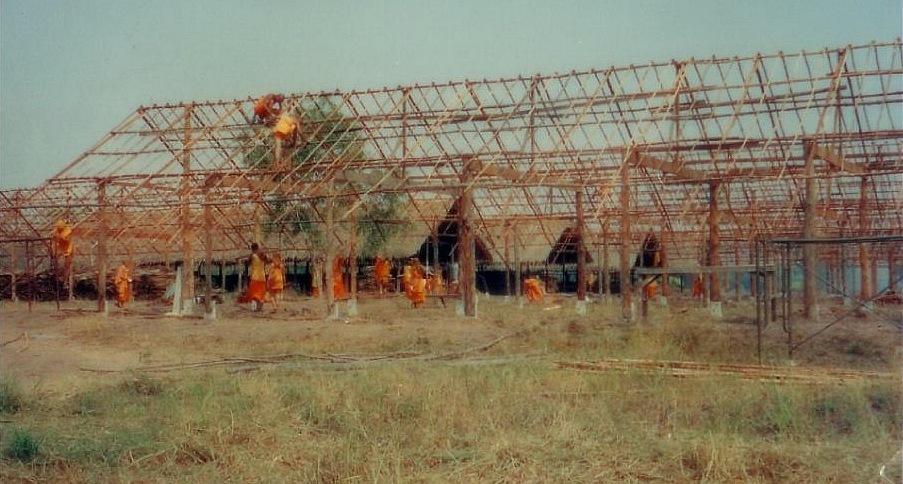 Mniši staví první budovy ve Wat Phra Dhammakaya Bangkok