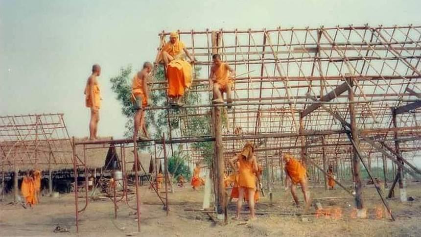 Mniši staví první budovy ve Wat Phra Dhammakaya Rangsit Bangkok