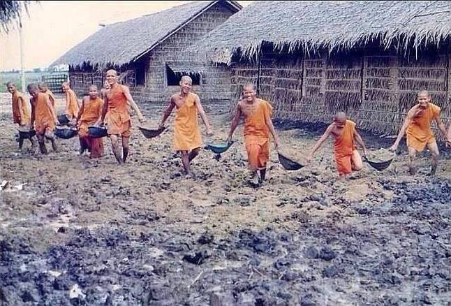 Mniši staví první budovy ve Wat Phra Dhammakaya Thajsko