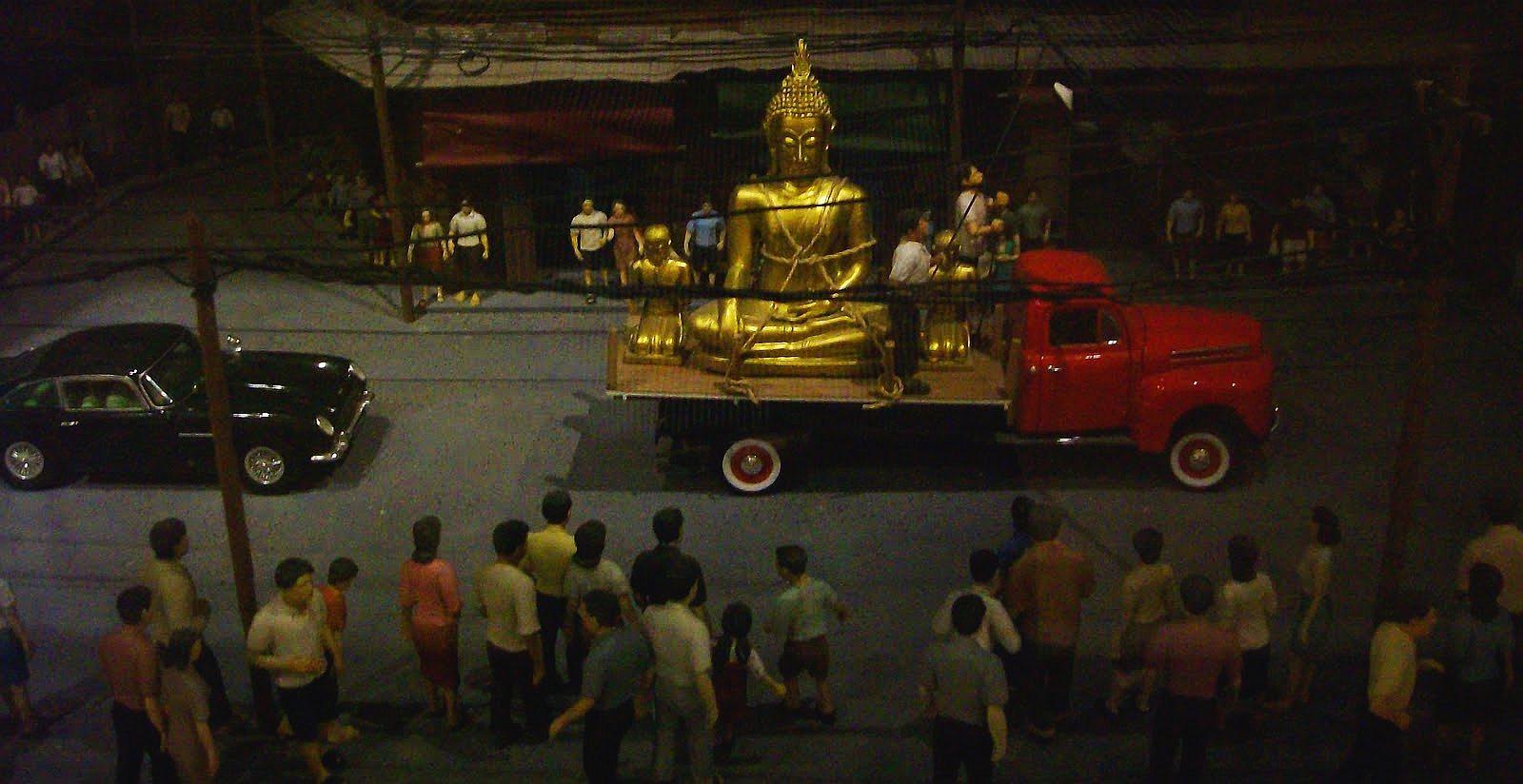 Přeprava Zlatého Buddhy do Wat Traimit