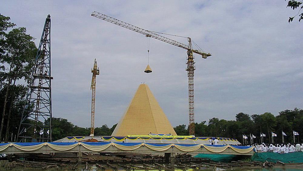 Slavnostní dokončení zlaté pyramidy Memorial Hall of Nun Chandra - Wat Phra Dhammakaya