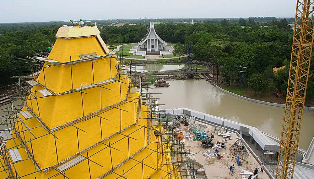 Stavba zlaté pyramidy Memorial Hall of Nun Chandra - Wat Phra Dhammakaya