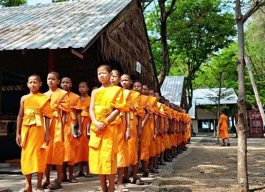 Studenti Páli Wat Phra Dhammakaya