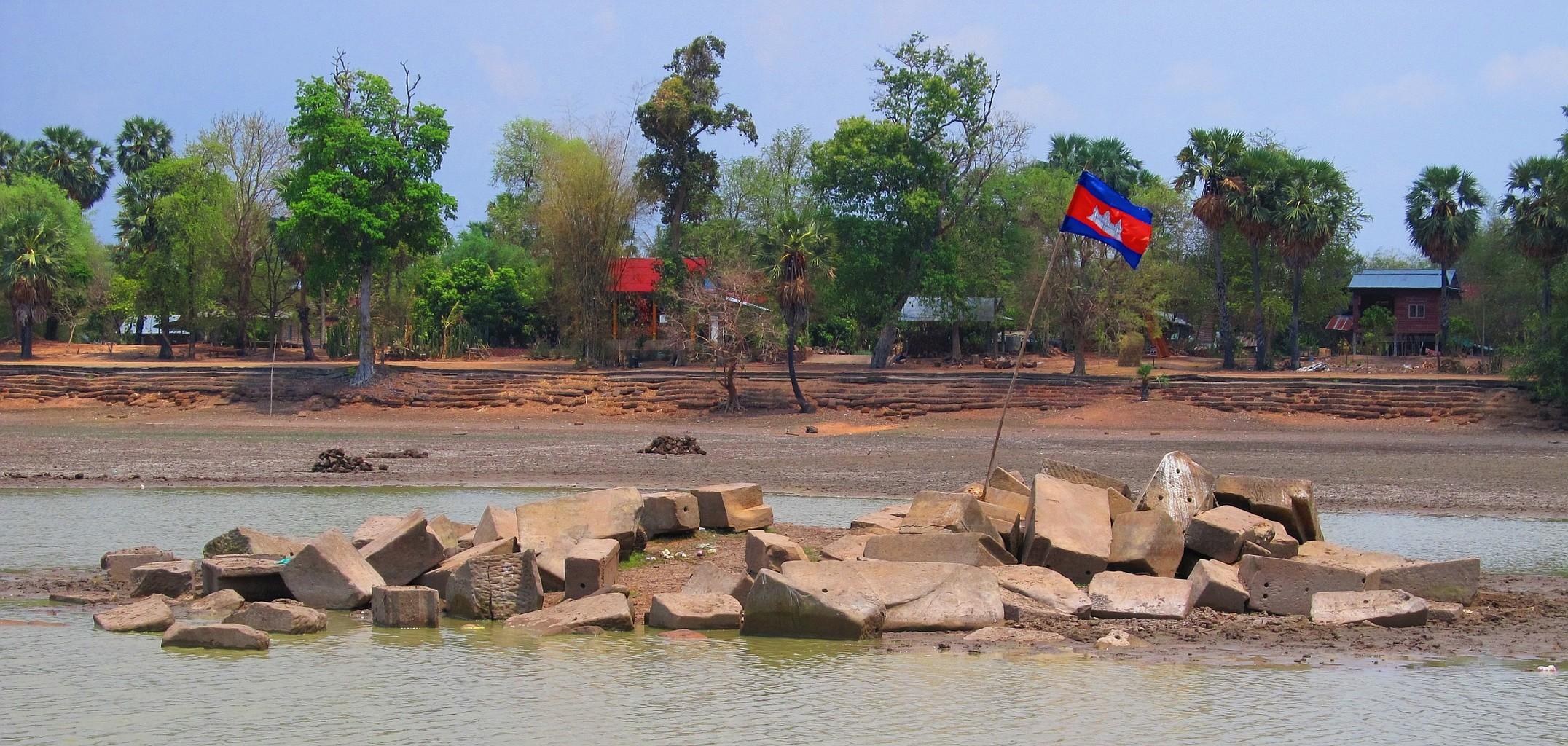 Duben 2016 Rozvaliny svatyně uprostřed nádrže Srah Srang - Angkor - Kambodža