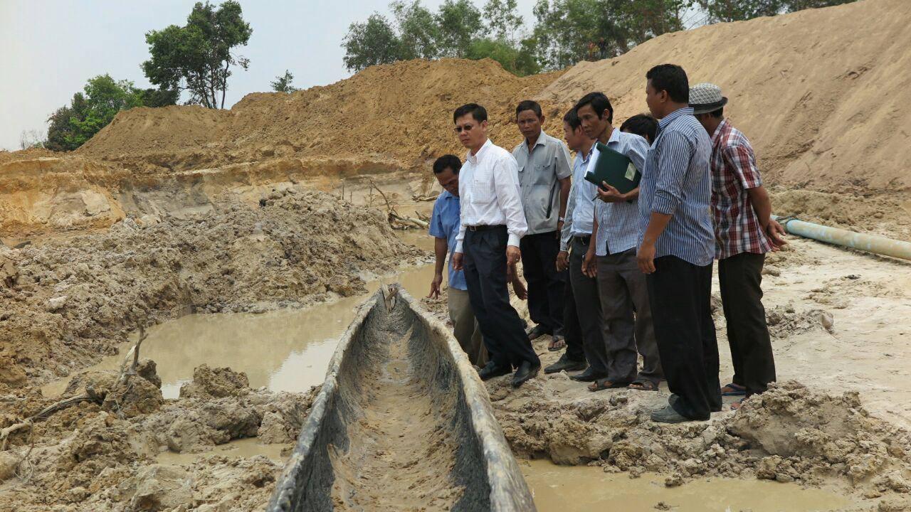 Skupina archeologů posuzuje nález